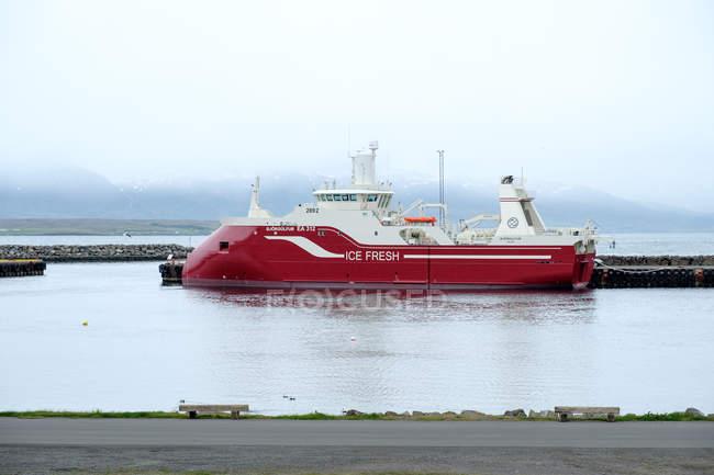 Islândia, Dalvikurbyggo, Navio no porto de Dalvik — Fotografia de Stock