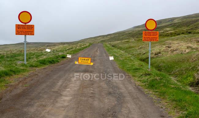 Geschlossene Feldweg mit Warnzeichen, Island — Stockfoto