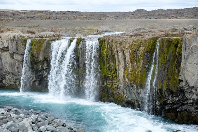 Hrafnabjargafoss водопад течет от скал, Исландия — стоковое фото