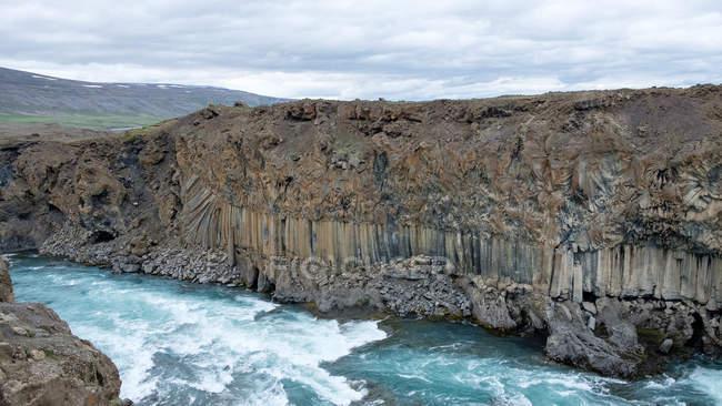 Повышенные вид Aldeyjargoss водопад с базальтовых скал, Исландия — стоковое фото