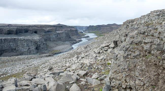Dettifoss-Wasserfall und Fluss in Felslandschaft, Island — Stockfoto