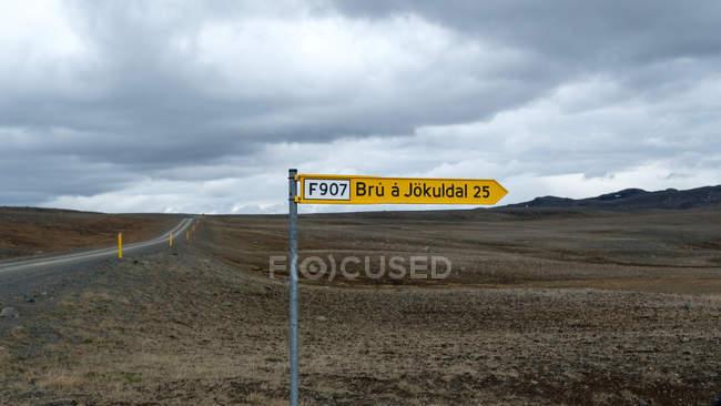 Island leere Landschaft mit Straßen- und Pfeil zu unterzeichnen, im Vordergrund — Stockfoto