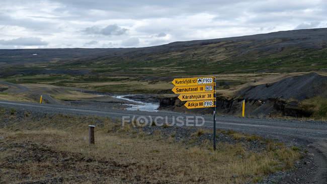 Highland Landschaft mit Feldweg und Pfeil-Zeichen, Island — Stockfoto