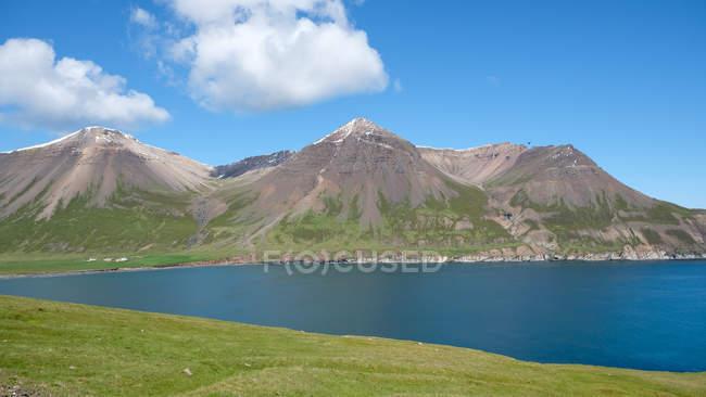 Baía com montanhas e planície na luz solar brilhante, Islândia, Borgarfjordur — Fotografia de Stock