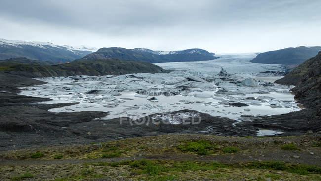 Ghiacciaio che si estende attraverso la catena montuosa, Sveitar Flagi Hornafjordrur, Islanda — Foto stock