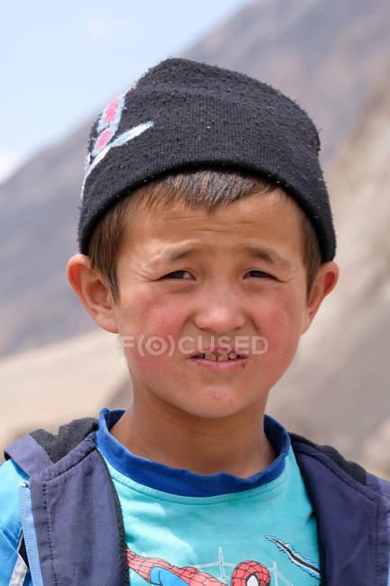 Portrait d'un garçon rural regardant une caméra dans la rue, Tadjikistan — Photo de stock