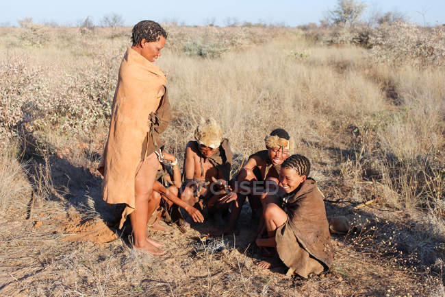 Namibia, Ghanzi Trailblazers, Safari, Bushwalk, Bushmen, Bushmen warm themselves at the fire — Stock Photo