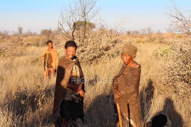 Namibia, Ghanzi Trailblazers, Safari, Bushwalk, Buschmänner, glückliche einheimische Kinder mit Umhang im Busch — Stockfoto