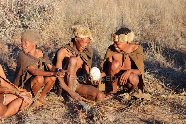 Namibia, Ghanzi Trailblazers, Safari, Bushwalk, Bushmen, Bushmen at the camp fire — Stock Photo