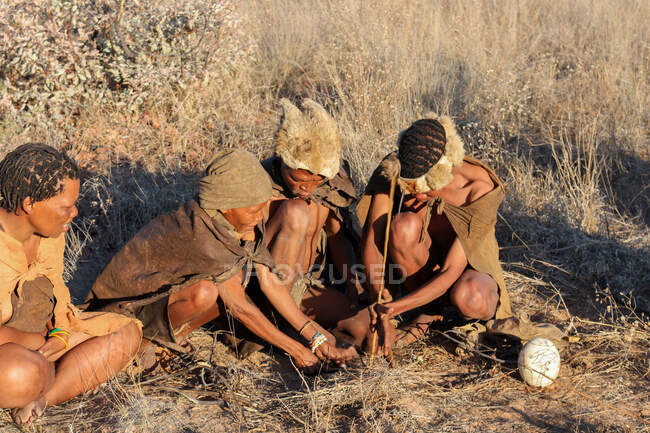 Namibia, Ghanzi Trailblazers, safari, bushwalk, bushmen at the fire — Stock Photo