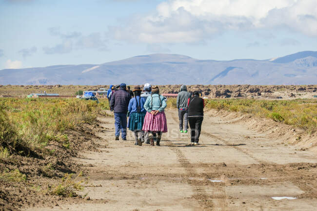 Bolivia, Departamento de Potosi, Nor Lopez, people walking on road — Stock Photo