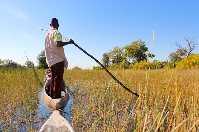 Botsuana, Delta Okavango, Delta Okavango com o Mokoro, um Mokoro é um barco escavado de aproximadamente quatro metros de comprimento — Fotografia de Stock