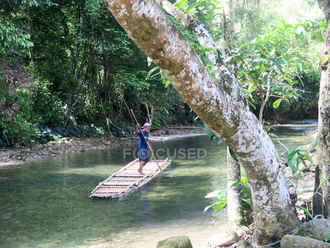 Таїланд, Чан Ват Фан-нґа, Тамбон Кхуекхак, людина на бамбуковому човні біля Хао Лак. — стокове фото