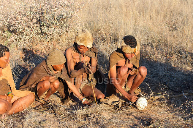 Namibia, Ghanzi Trailblazers, safari, bushwalk, bushmen, bushmen at the fire — Stock Photo