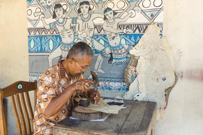 Художник-батик працює у водяному замку Таман Сарі в Джок'якарті, Ява, Індонезія, Азія. — стокове фото