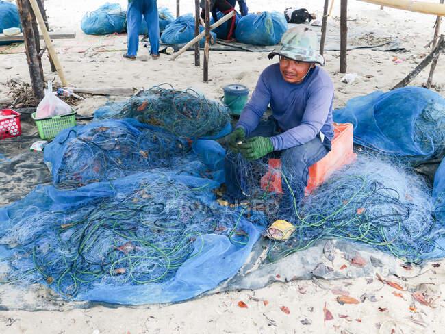 Таїланд, Чан Ват Фан-нґа, Тамбон Кхуекхак, рибалки на пляжі села Талаєнок.. — стокове фото
