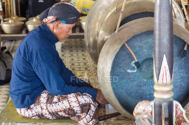 Desempenho musical tradicional no Kraton Sultan Palace em Yogyakarta, Java, Indonésia, Ásia — Fotografia de Stock