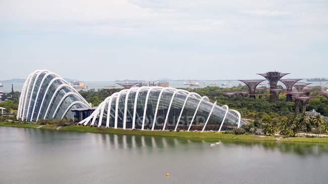Сінгапур - 26 травня 2016: Сінгапур, Сінгапур, пташиного польоту від Singapore Flyer (чортове колесо) в саду біля бухти сучасної архітектури — стокове фото