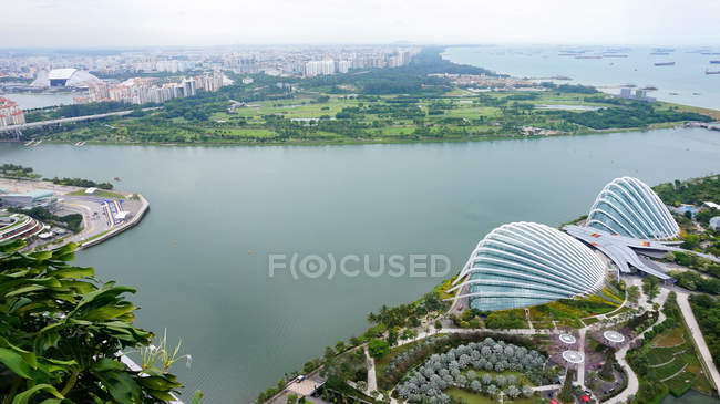 Сінгапур - 26 травня 2016: Сінгапур, Сінгапур, повітряна міський пейзаж вид з Singapore Flyer (чортове колесо) в саду біля затоки — стокове фото