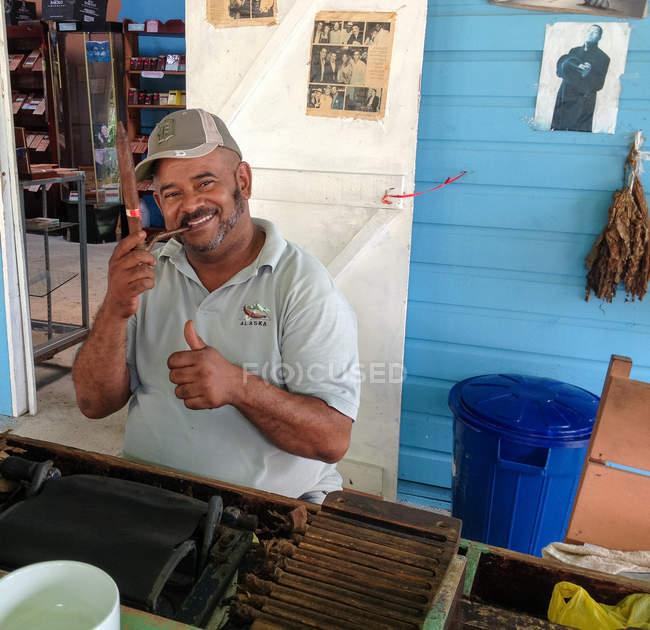 Cigar Maker mit Daumen-Up, Lächeln, Los Melones, La Altagracia, Dominikanische Republik — Stockfoto