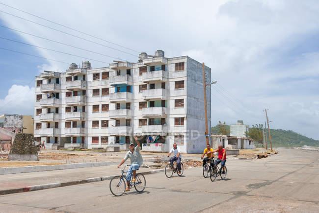 Куба, Баракоа, люди на велосипедах на набережной Баракоа — стоковое фото