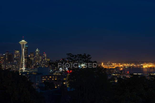 США, Вашингтон, Сіетл, вночі з видом на вежі Space Needle, освітлені вночі — стокове фото