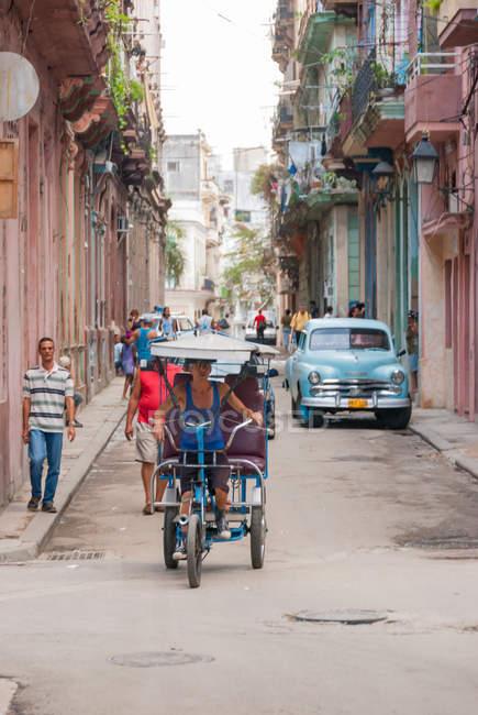 Водитель рикши на улице, Гавана, Куба — стоковое фото