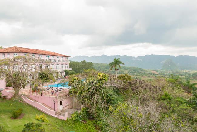 Cuba, Pinar del Rio, Vinales, Hotel Los Jazmines bâtiments dans la vallée de Vinales — Photo de stock