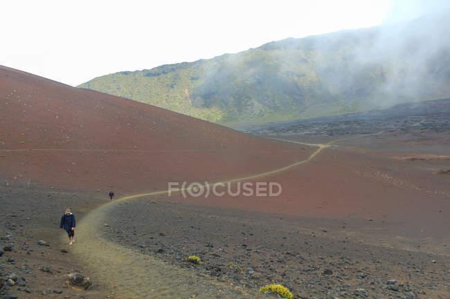 Пешие прогулки внутри вулкана люди кратеров, Гавайи, США — стоковое фото