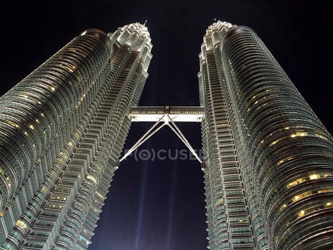 Malaysia, Kuala Lumpur, Petronas Twin Towers in Kuala Lumpur at night, bottom view - foto de stock