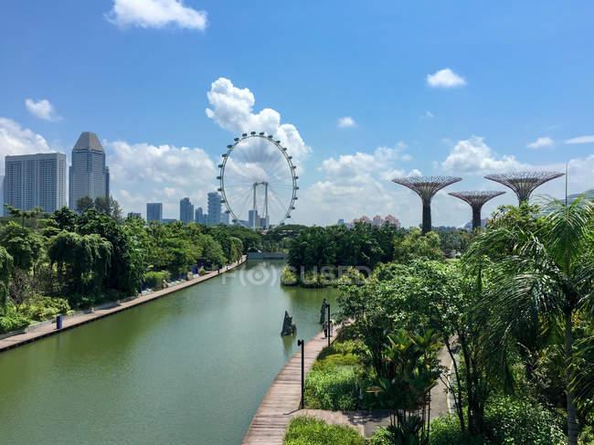Сінгапур, в садах на березі затоки, з видом на місто і Supertrees річка — стокове фото