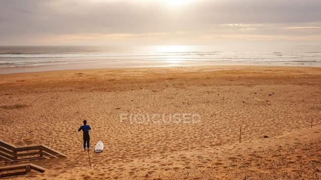 Australia, Victoria, Ventnor, surfer gets ready on sandy beach, Great Ocean Road, Phillips Island — Stock Photo