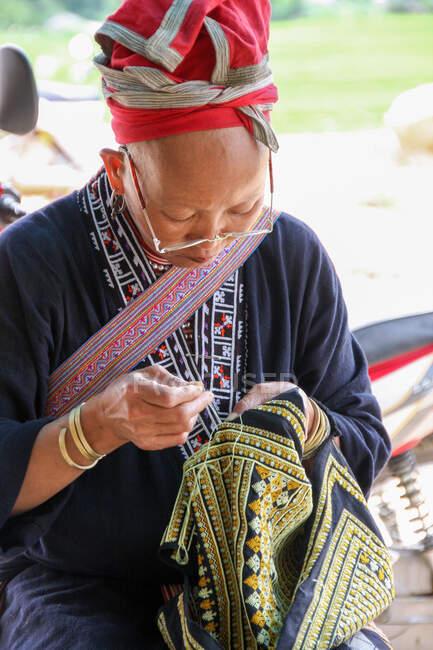 В'єтнам, жінка-хмонг шиє, в'єтнамка в традиційному одязі, шиючи. — стокове фото