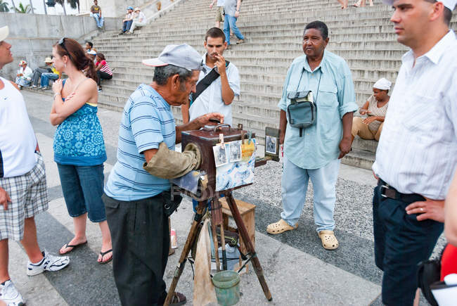 Photographe de vieillard avec appareil photo vintage devant le Capitole, la Havane, Cuba — Photo de stock