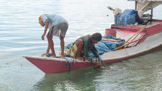 Indonesia, Jawa Tengah, Kabapaten Jepara, fisherman on the boat at work, Karimunjawa Islands — Stock Photo