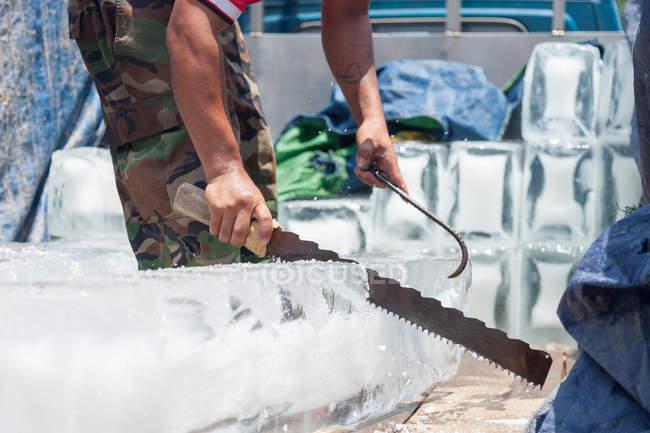 Камбоджа, Кеп, человек дробления кусков льда для перепродажи — стоковое фото