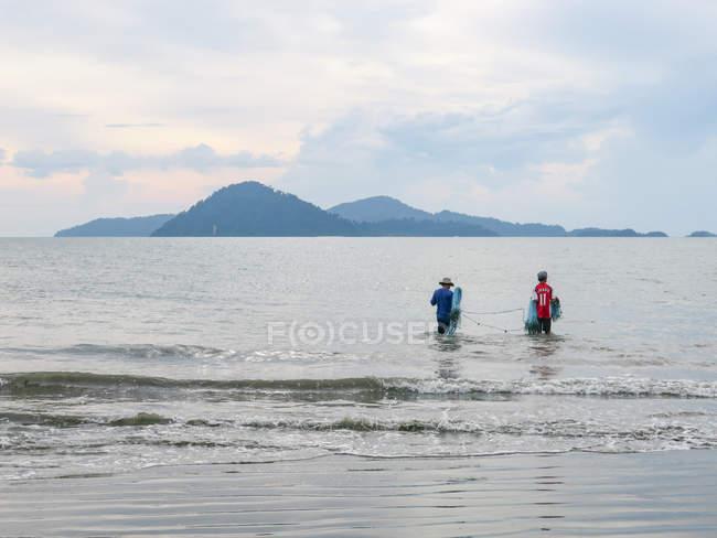 Таїланд, Чанг Wat Пханг Нга, тамбон Khuekkhak, рибалок в регіоні Phang Nga, традиційні риболовля на пляжі, на фоні гори — стокове фото