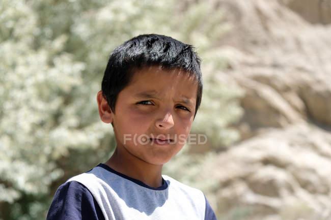 Retrato de menino rural olhando para a câmera na rua, Tajiquistão — Fotografia de Stock