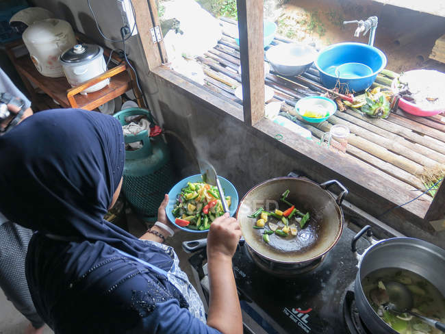 Thailand, Tambon Khuekkhak, Draufsicht Frau Kochen im homestay — Stockfoto
