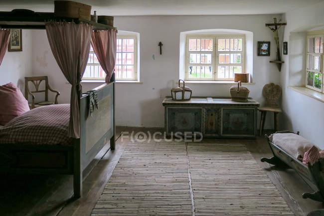 Deutschland, bayern, kronburg, typisches schlafzimmer in altem bauernhof — Stockfoto