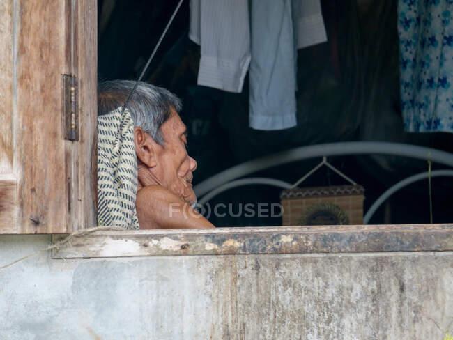 Таїланд, Чан Ват Пханг-нґа, Тамбон Кхуекхак, людина, що спить у Талаєноку.. — стокове фото