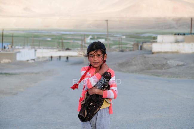 Portrait de jeune fille dans la rue rurale, Tadjikistan — Photo de stock