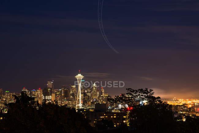 EUA, Washington, Seattle, à noite com vista para a torre Space Needle iluminada à noite — Fotografia de Stock