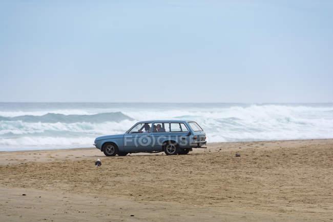 Neuseeland, Nordland, Auto am Strand von Baylys bei stürmischem Wetter — Stockfoto