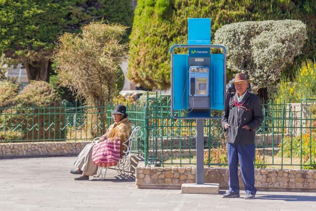La gente del posto riposa nella strada della città di luglio, Puno, Perù — Foto stock