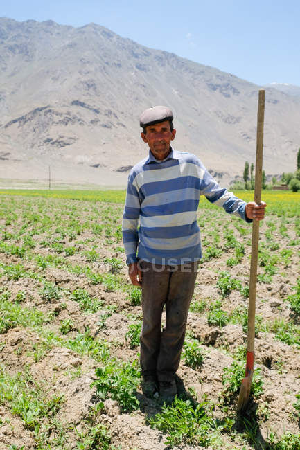 Landwirt mit Schaufel auf Feld im Wakhan Valley, Tadschikistan — Stockfoto