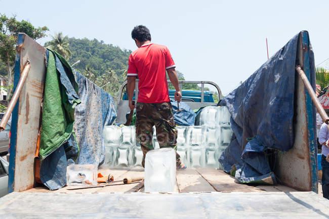 Морозиво доставки для Автохолодильники на крабів ринку, Kep, Камбоджа — стокове фото