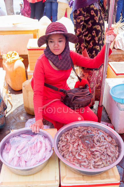 Cambodia, Kep, woman selling squid and shrimp at crabs market — Stock Photo