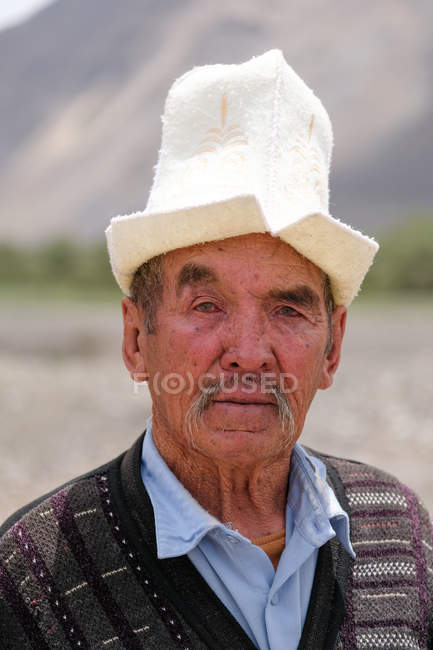 Portrait of rural old man in traditional headdress, Tajikistan — Stock Photo