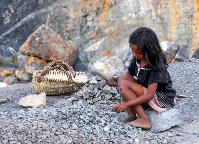 Камбоджійська дівчина куванням шматок металу, Камбоджа — стокове фото